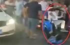 视频丨道路拥堵引冲突 男子当街一脚踹飞外卖小哥