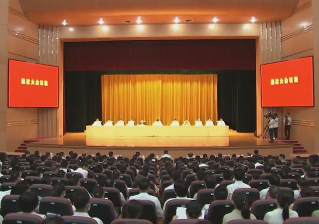 中国共产党贵港市第六次代表大会举行预备会议 何录春主持