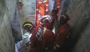 一老房屋顶坍塌一人被埋  消防紧急救援