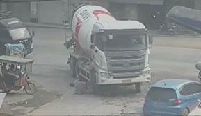 大货车右拐弯撞倒电动车 电动车主滚了一圈死里逃生