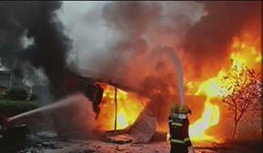 物流车行驶中起火 消防员泡沫覆盖扑救