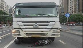 电动车违规加塞 车被卷入水泥罐车底