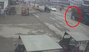 货车超宽载货酿事故 将横过马路老人刮倒