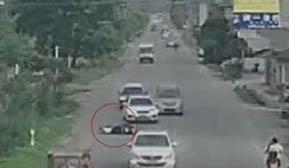 电动车横穿马路 小车避让不及撞上了
