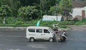 摩托车搭载四人横过公路与面包车发生碰撞