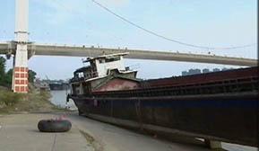 600多吨大船搁浅罗泊湾桥底 施救方案正在商讨