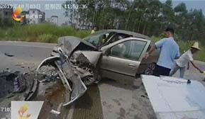 小轿车违法越线 撞上对向来车